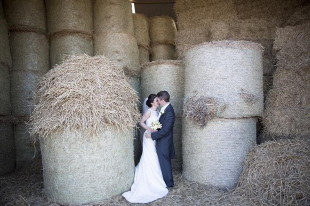 julie_cummins_real-wedding-hay_bales_photos
