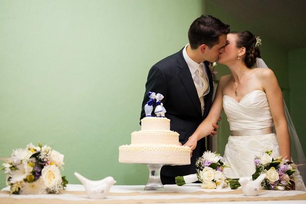bride groom cutting mint wedding cake