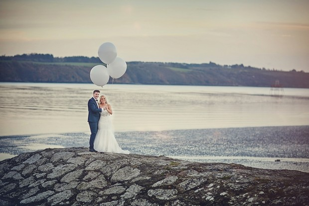 42-oversized-balloons-wedding-photo-sea-grey