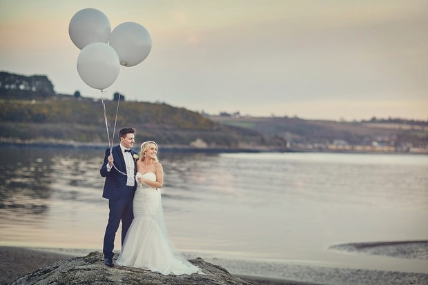 43-giant-balloons-grey-winter-wedding