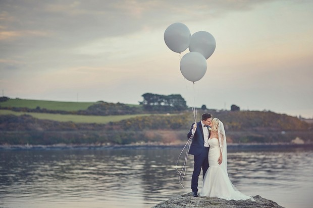 44-oversized-silver-balloons-wedding-photo-outdoors