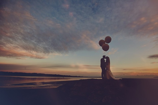 47-oversized-balloons-wedding-sunset