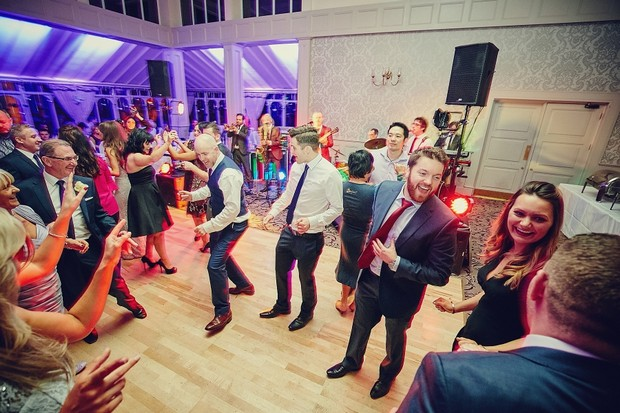 68-wedding-guests-dancing