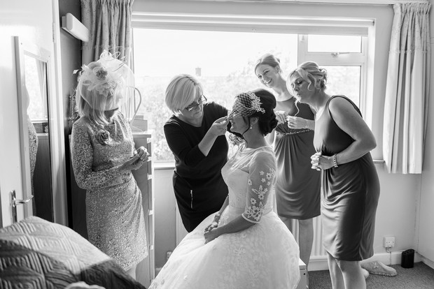 10-bridesmaids-mother-around-bride-room