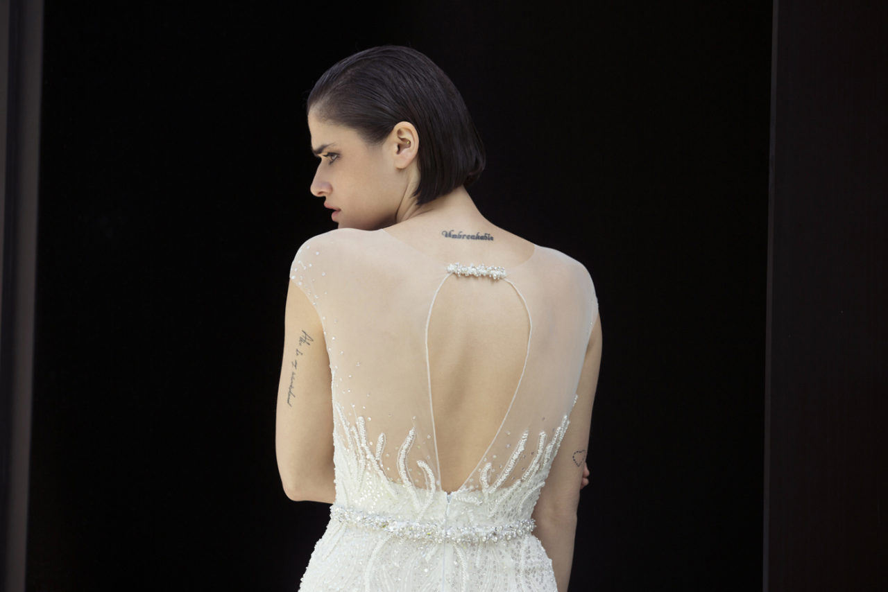 Colección Mira Zwillinger 2015 en weddingsonline.  Detalles de la espalda del vestido de novia transparente copo de nieve.