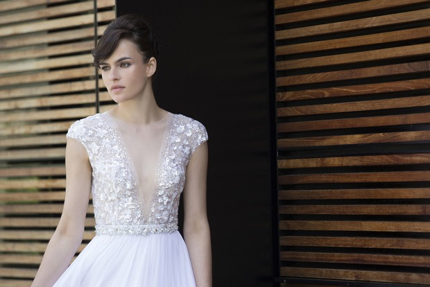 Colección Mira Zwillinger 2015 en weddingsonline.  Vestido de novia con escote en pico profundo.