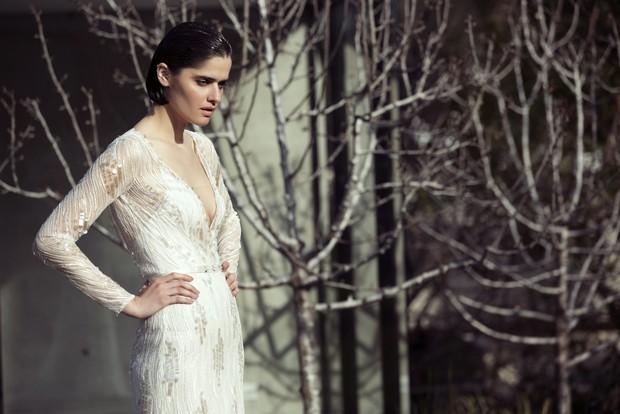 Colección Mira Zwillinger 2015 en weddingsonline.  Vestido de novia estilo vintage de manga larga con cuello en v.