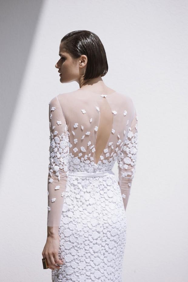 Colección Mira Zwillinger 2015 en weddingsonline.  Vestido de novia con detalles en la espalda y apliques transparentes de ojo de cerradura.