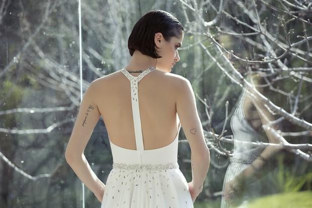 Colección Mira Zwillinger 2015 en weddingsonline.  Vestido de novia moderno sin espalda escotada.