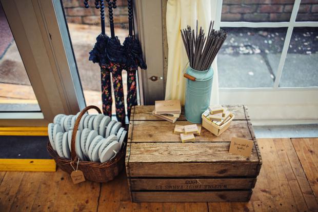 outdoor_wedding_ideas_sparklers_flip_flops_umbrellas