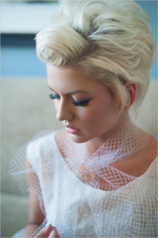 bride-with-textured-short-wedding-hairstyle