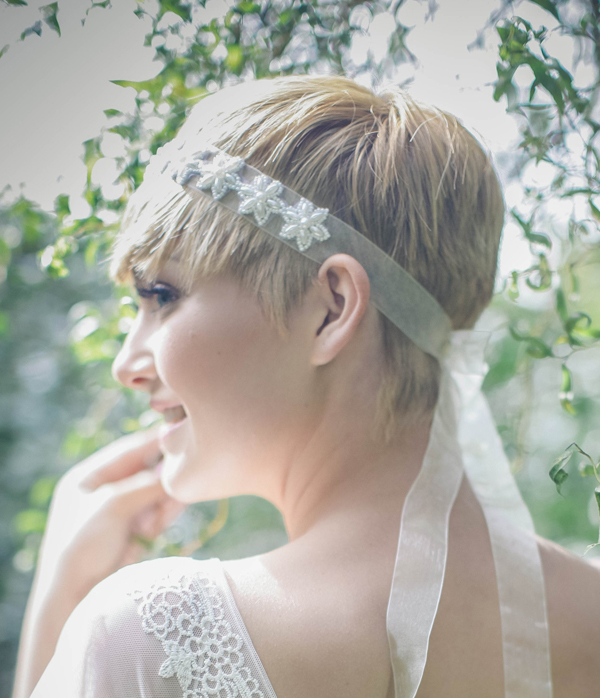 short-picie-wedding-hairstyle-with-lace-headband