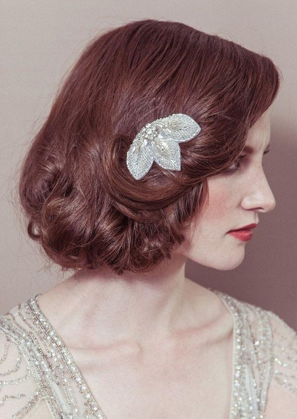 short-wavy-wedding-hairdo-with-vintage-slide