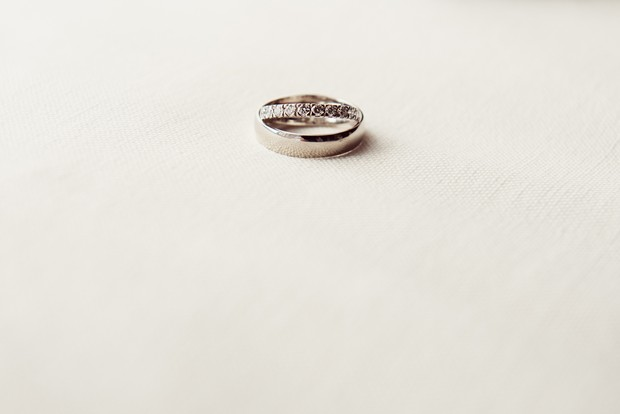 simple-white-silver-bride-groom-wedding-band-photo