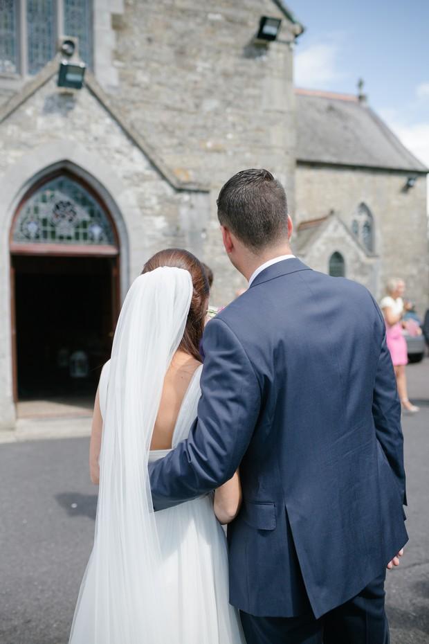 bride-groom-bridesmaids-posing-wedding-guests-photos (1)