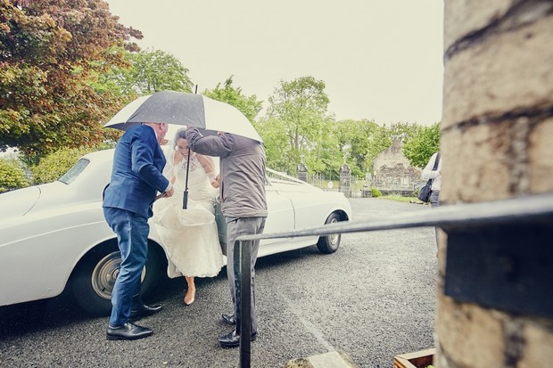 rainy-day-wedding-bride-getting-out-of-car