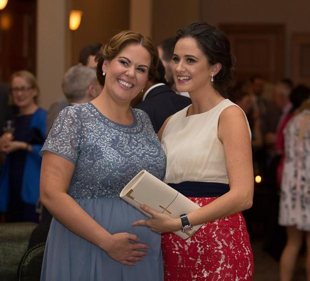 wedding-guests-enjoying-drinks-reception (2)