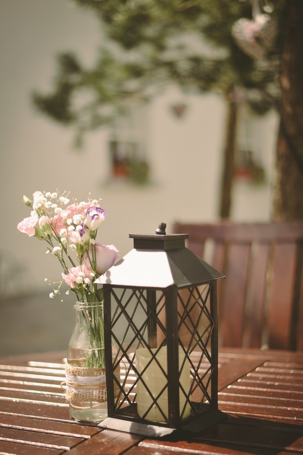 outdoor-wedding-decor-pillar-candle-lantern