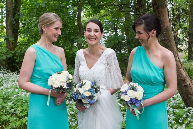 bride-with-bridesmaids-in-turquoise-dress
