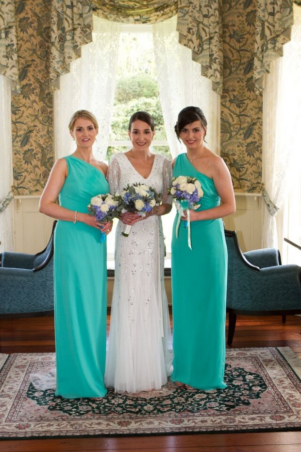 bride-with-bridesmaids-turquoise-dresses