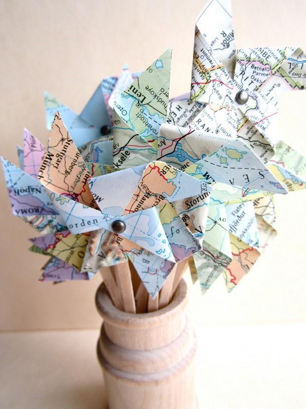 travel-themed-wedding-ideas-cupcake-pinwheel-maps