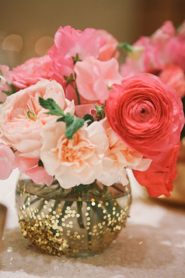 wedding-centerpiece-ideas-gold-glitter-vase-flowers