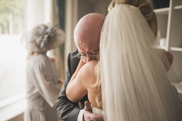 father-of-the-bride-first-look-photo-emotional (3)
