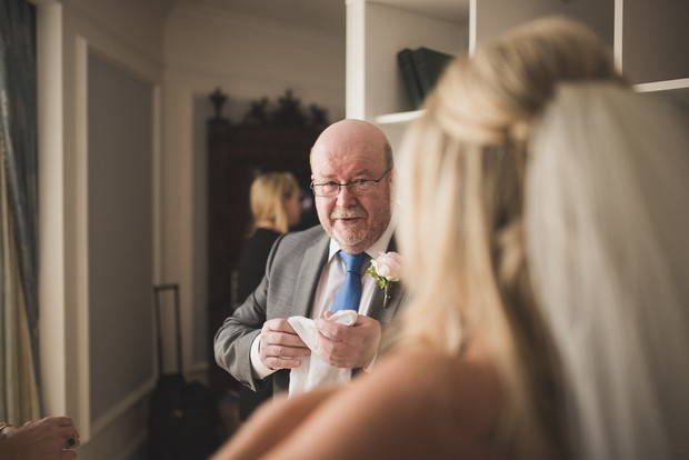 father-of-the-bride-first-look-photo-emotional (4)