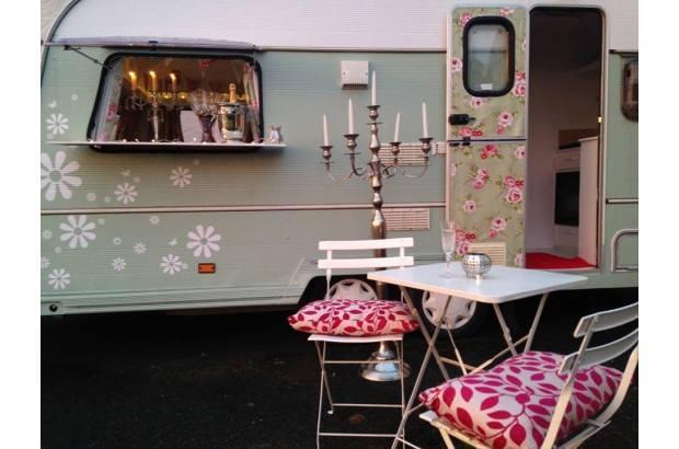 vintage-vanp-70s-caravan-wedding