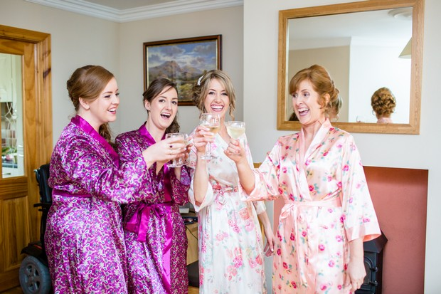 bridesmaids-drinking-champagne-morning-wedding