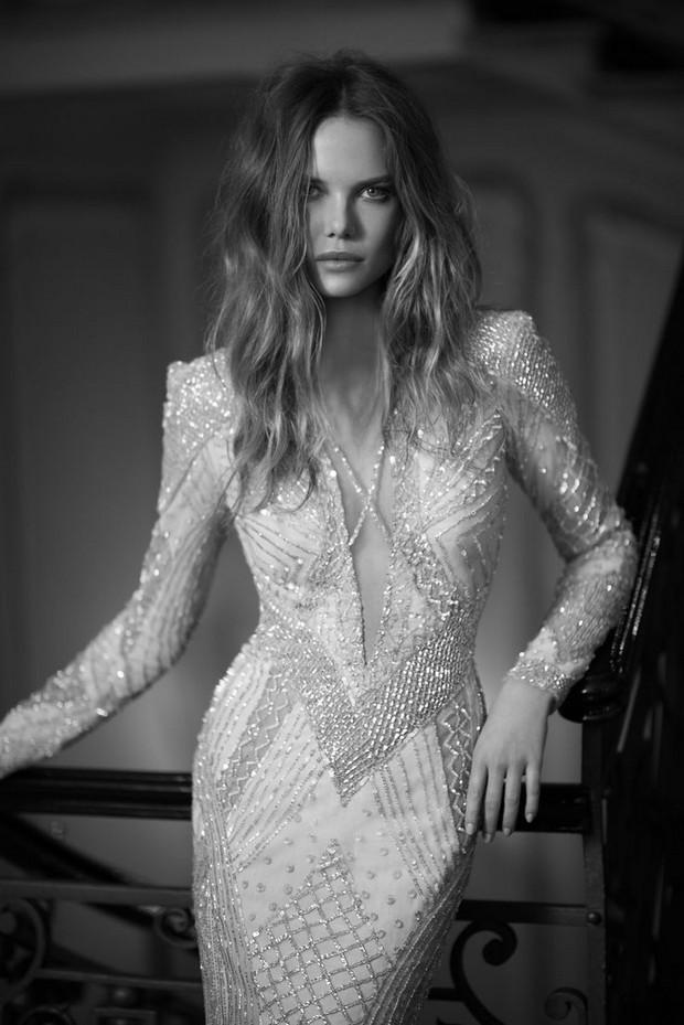 vestido de novia de inspiración vintage con cuentas-escote en v bajo-berta-bridal-2015