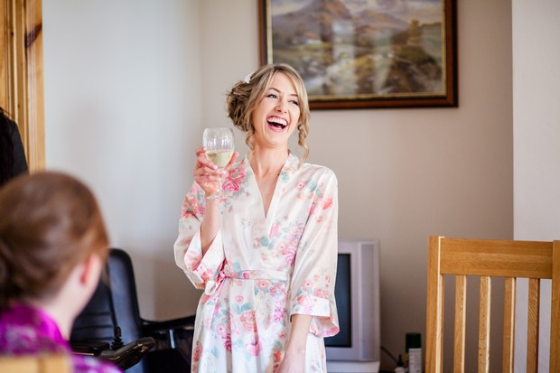 happy-bride-laughing-robe-champagne