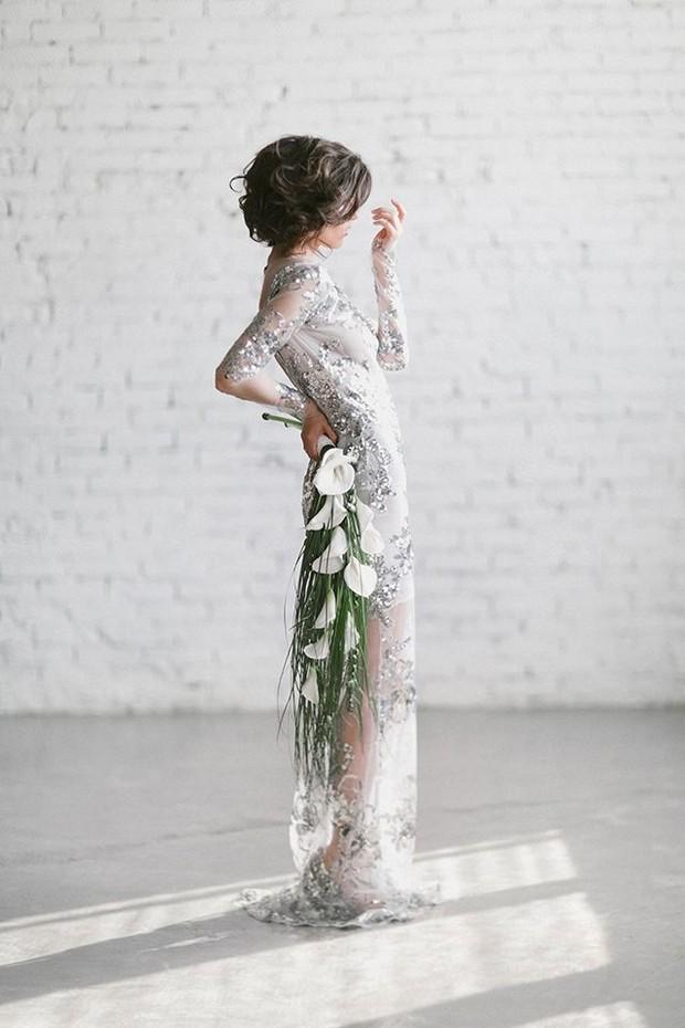 vestido de novia de manga larga con lentejuelas plateadas