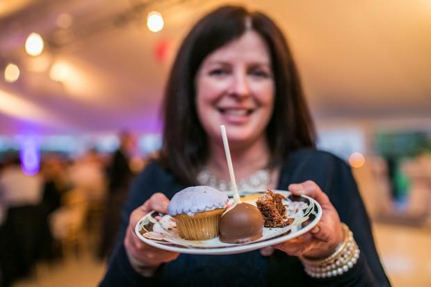 wedding-cake-dessert-table-cake-pops (1)