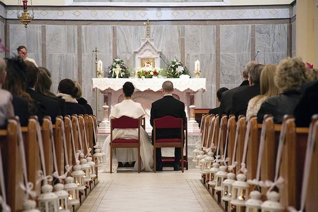 13_Lantern_Pew_End_Church_Winter_Wedding_Decor