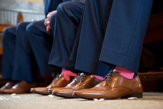 7-groomsmen-brown-leather-shoes-pink-socks