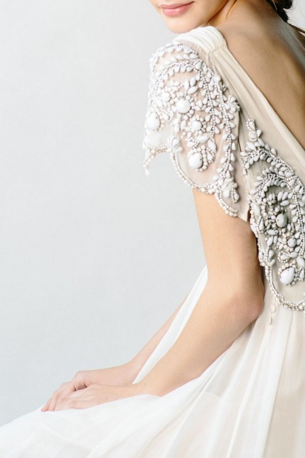 vestido-de-novia-en-la-espalda-con-manga-adornado-con piedras-pesadas