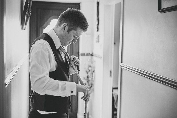 12-groom-tying-tye-wedding-morning-home
