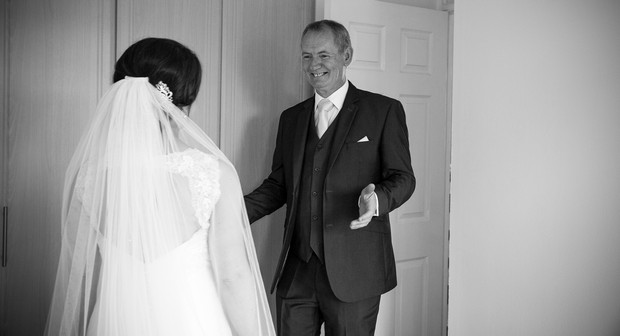 22_father_of_the_bride_firsT_look_wedding_photo_black_white (2)