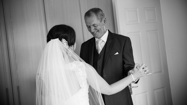 22_father_of_the_bride_firsT_look_wedding_photo_black_white