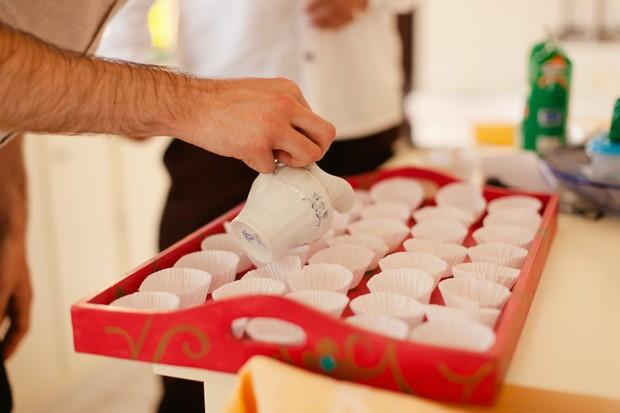 16-destination-wedding-algarve-guests-making-cupcakes