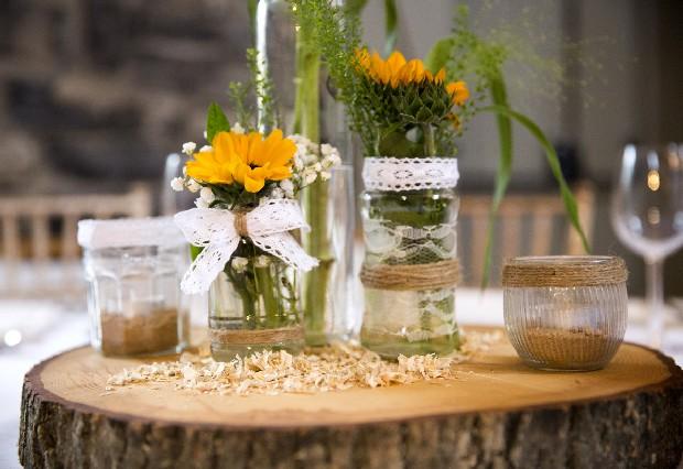 46-Summer-Wedding-Decor-Sunflowers-Centerpiece-Tree-trunk (3)