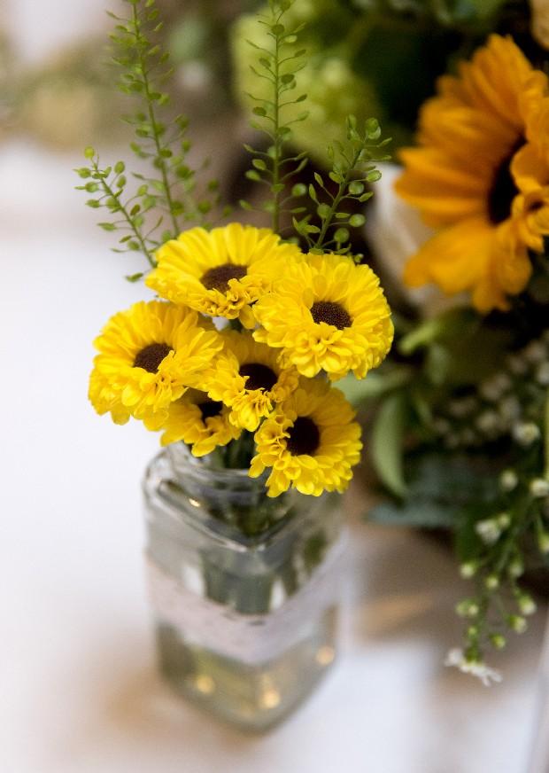 46-Summer-Wedding-Decor-Sunflowers-Centerpiece-Tree-trunk
