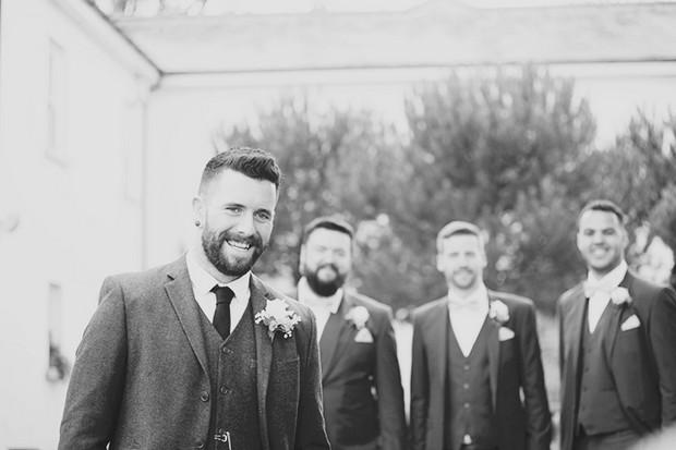 16-Groom-Groomsmen-Black-White-Photo-Couple-Photography