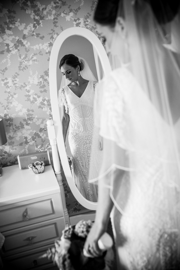 24-black-white-portrait-bride-mirror