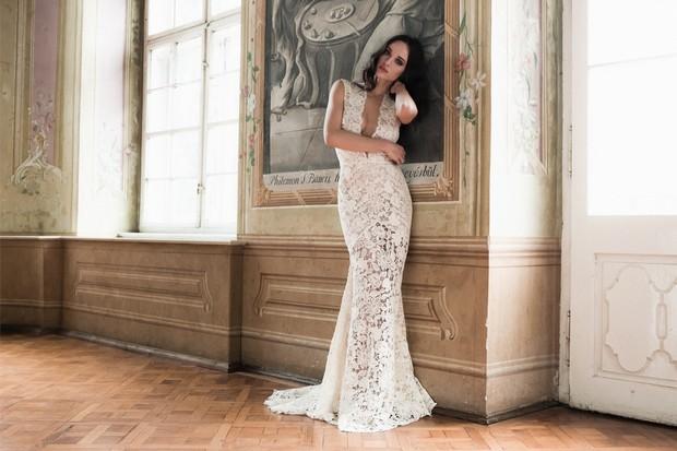 Vestido-de-novia-sirena-escote-en-v-encaje-profundo-Daarlarna-nupcial