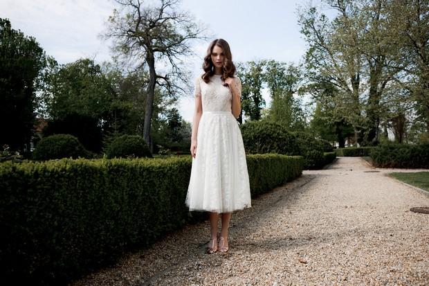 Vestido-de-novia-de-encaje-hasta-té-Daarlarna-Couture-nupcial