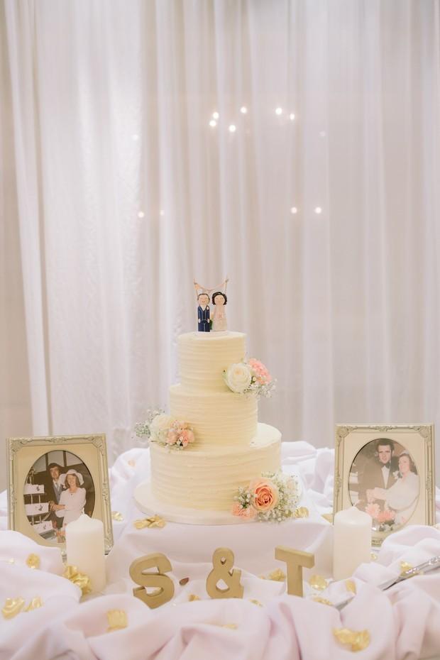 30-Wedding-Cake-Display-Table-Ideas-Family-Wedding-Photos