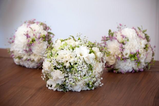 bride-and-bridesmaid-bouquet