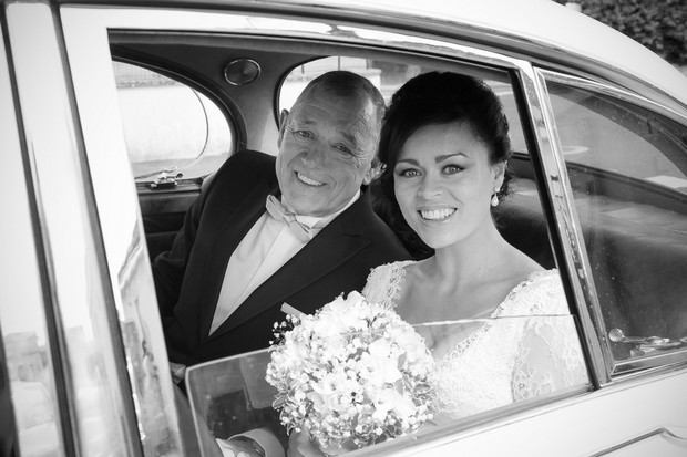 bride-and-dad-on-way-to-the-ceremony